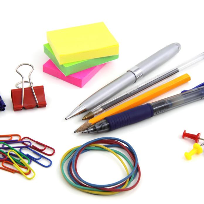 Kantoorbenodigdheden kantoorspullen pennen memoblokjes paperclips elastieken