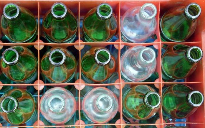 frisdranken-lege-flesjes-in-krat