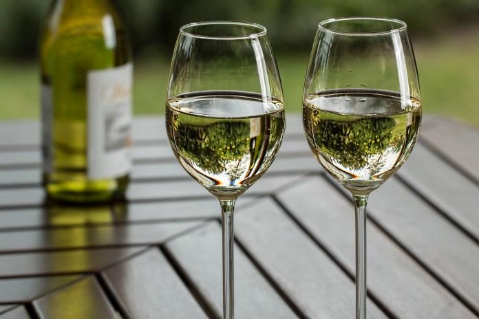 witte wijn wijnglazen alcoholhoudende dranken