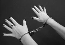 strafbaar handboeien gevangen vrouw misdaad criminaliteit gevangenis vrijheidsbeneming
