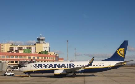 Ryanair vliegtuig op het vliegveld