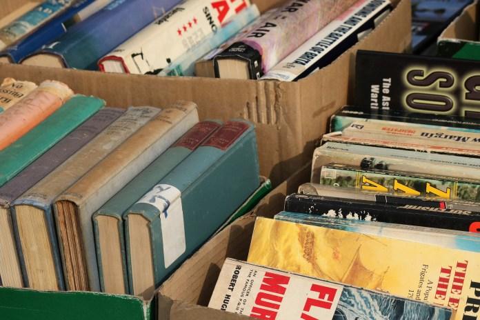 dozen met tweedehands boeken oude boeken in kartonnen doos