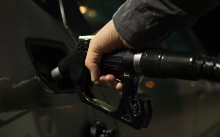 tanken benzine diesel hand met tankpistool en tankdop