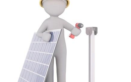 zonnepanelen installeren poppetje met zonnepaneel en accuboormachine