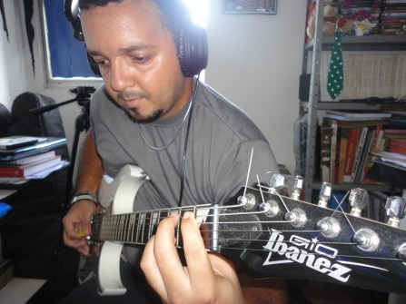 Joabson Silva recorded the guitar line for the song BUAITEOIR in 2014.