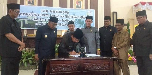 Bupati Banyuasin menandatangani empat peraturan daerah kabupaten Banyuasi.