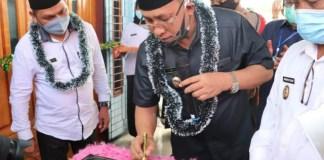 Plt Bupati Muara Enim H Juarsah SH tandatangani prasasti peresmian penggunaan Kantor Desa Gunung Raja Kecamatan Empat Petulai Dangku, Jumat (17/07/2020).