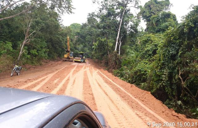 PT HBAP Perbaiki Jalan Rusak Parah di Desa Darmo