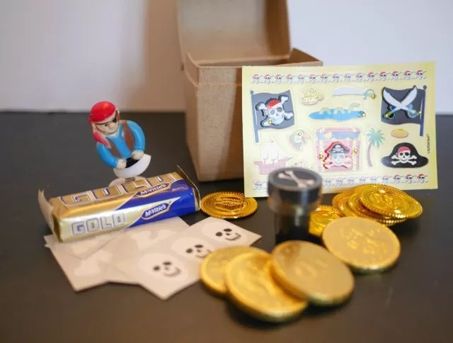 Craft pirate treasure chest in a party bag - Bubbablue and me