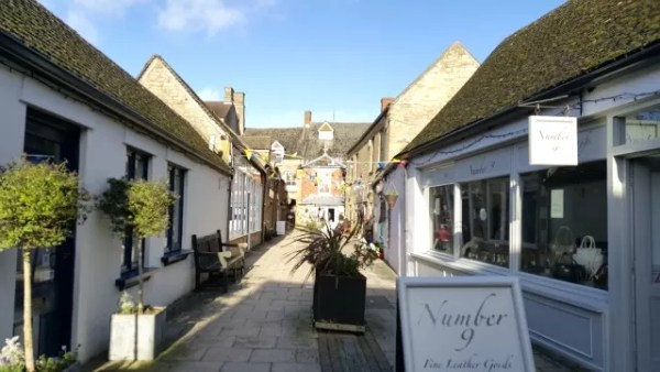 stow on the wold courtyard shopping