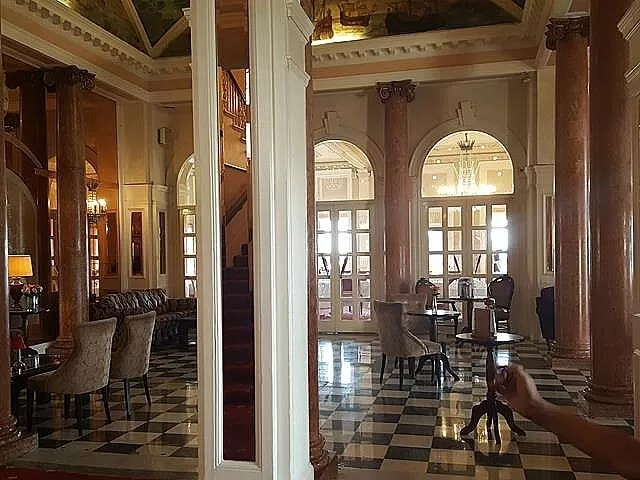 beautiful lobby in queens hotel