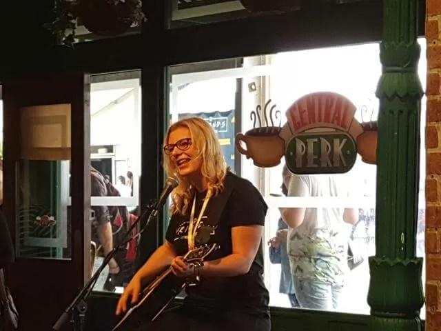 singer in Central Perk