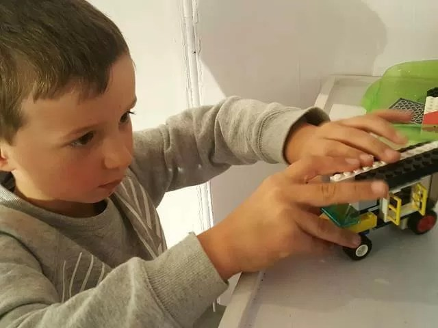 making his own lego build at brick wonders