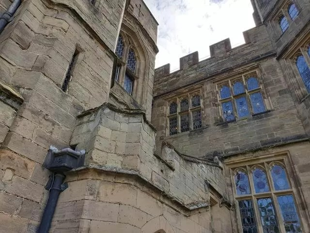 the outside walls of warwick castle