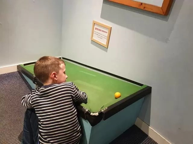 uphill snooker ball
