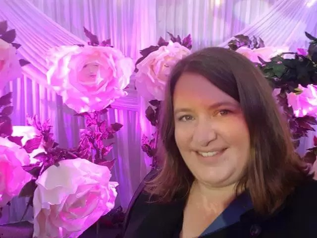 selfie in front of white rose decorations