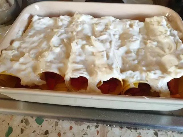 cheese topped bacon pepper tomato cannelloni