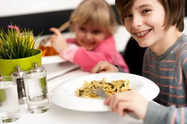 kids eating pasta meal