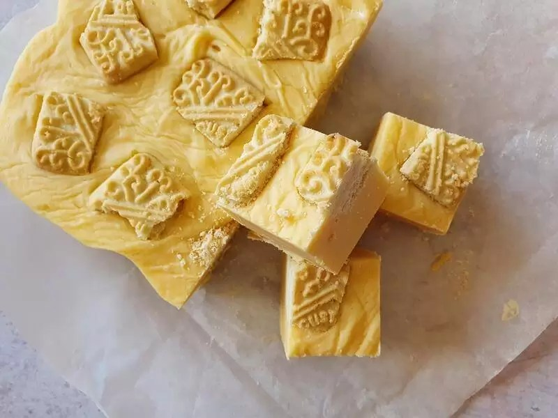 custard cream fudge pieces
