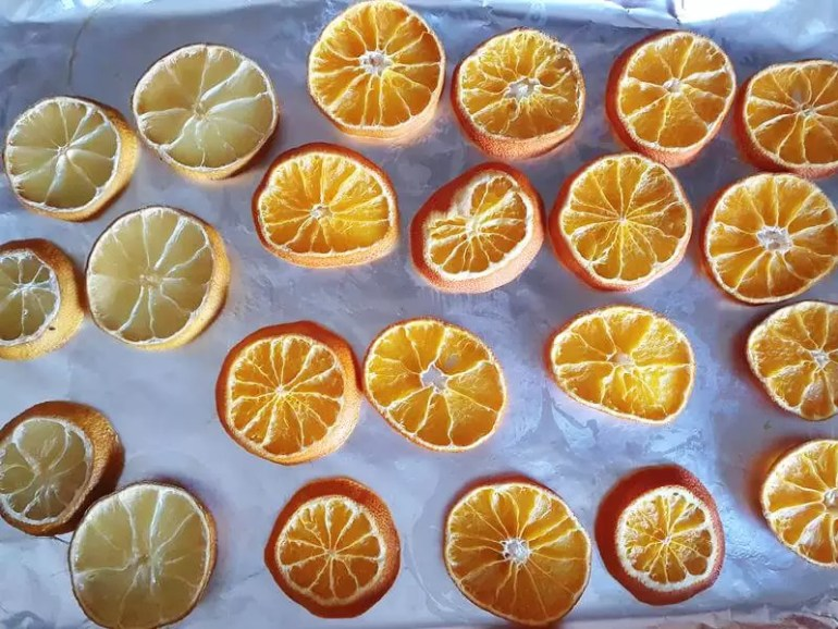 drying out sliced oranges and lemon slices