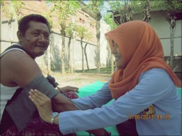 ada bapak-bapak minta di tensi :) | with pleasure bapak :D