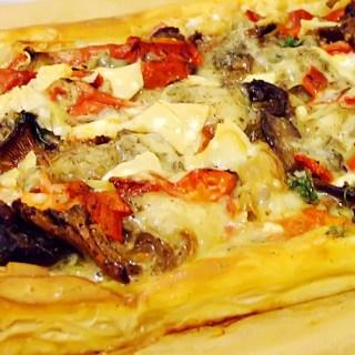 Pizza pe foietaj cu legume si branza.