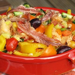 Panzanella. Salata Italiana cu paine veche, legume si ansoa.