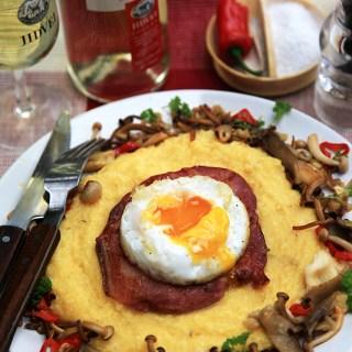 Mamaliguta moale cu parmezan, bacon, ou de rata si ciuperci de padure.