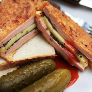 Parizer pane facut sandwich! Parizer, branza, pasta de masline.