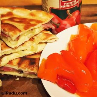 Quesadilla sau sandwich cald cu ceafa afumata, ardei si branza.