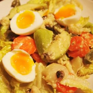 Salata de legume cu sos de parmezan si maioneza cu oua fierte.