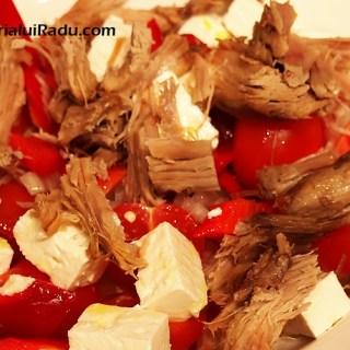 Ceafa de porc cu salata de rosii, ardei si branza fetta