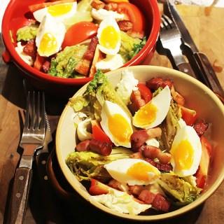 Salata cu oua fierte, mozzarella și bacon crocant.