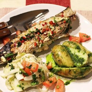 Macrou marinat la gratar cu salata de rosii si fenicul.