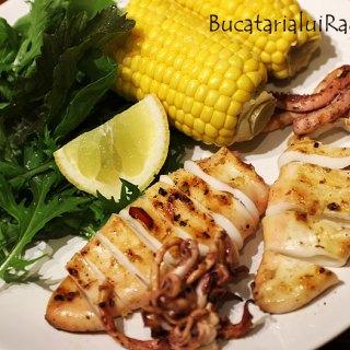Calamari marinati la grill cu salata si porumb.