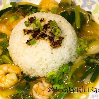 Creveti cu ghimbir si ceapa verde in stil chinezesc.