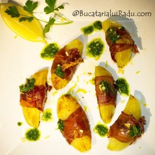 Cartofi inveliti in bacon crocant cu sos verde.