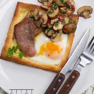 Mic dejun cu bacon, oua si branza in aluat de foietaj.