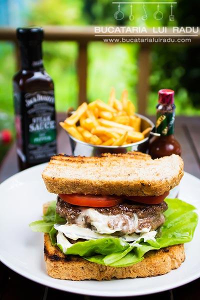 hamburger dublu cu branza pe interior