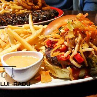Bruce Lee burger si coaste cu Jack Daniels la TGI Fridays, Enfield, Londra.