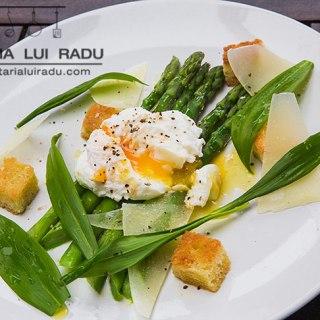 Salata de leurda cu sparanghel, ou romanesc si crutoane.