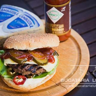 Hamburger din carne de cangur cu branza cambozola.