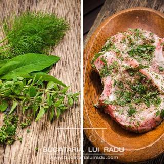 Cotlete de porc marinate cu verdeturi, prajite in baie de ulei.