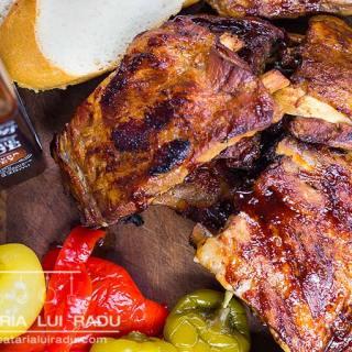 Coaste de porc la cuptor cu sos de BBQ Jack Daniels.