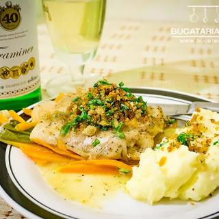 Salau la cuptor cu legume, sos de vin alb si crusta aromata.