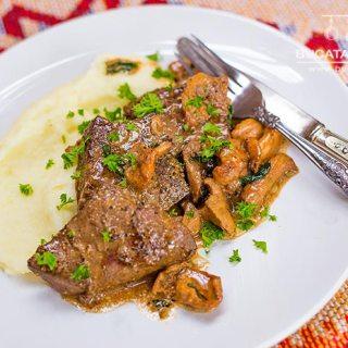 Ficat de vitel flambat cu leurda, ciuperci de padure si sos de cognac.