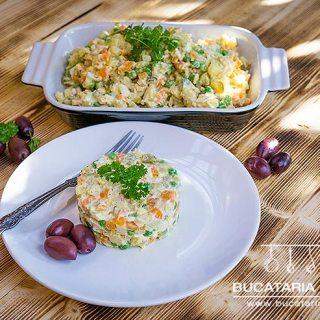 Reteta de salata de boeuf cu piept de pui, simpla si usoara. Video inclus.