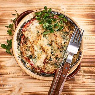 Piept de pui in cuib de legume cu mozzarella si parmezan. Video inclus.