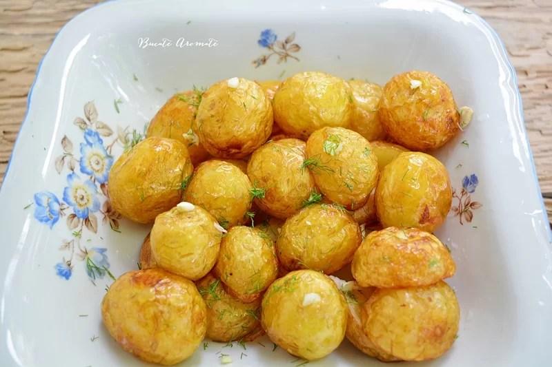 Cartofi noi la ceaun cu mărar şi usturoi