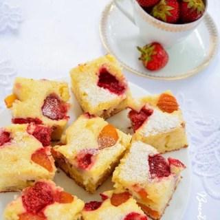 Prăjitură cu brânză şi fructe de sezon